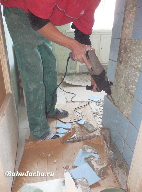 Как отбить старую плитку от стены